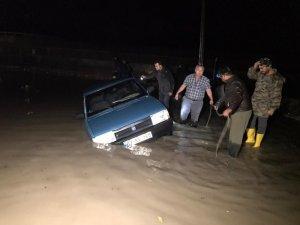 Antalya'da su basan seralarda tahliye işlemleri devam ediyor
