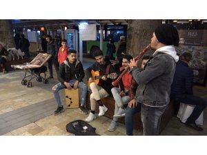 Soğuk havayı çaldıkları müzik ve söyledikleri şarkılar ile ısıtıyorlar