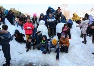 Kar yığınını gören çocuklar sevinçten çığlık attı