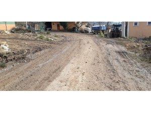 Kaynarca'da vatandaşın çamurlu yol tepkisi