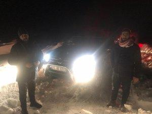 Karda mahsur kalan 4 Suriyeli'yi jandarma ve itfaiye ekipleri kurtardı