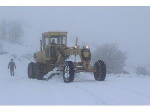 73 köy yolunun kapandığı Elazığ'da ekiplerin kar mesaisi başladı