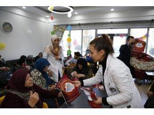 Yaşlılar, Mustafa Kumlu Ulu Çınarlar Yaşlı Yaşam ve Dayanışma Merkezi'nde zaman geçiriyor