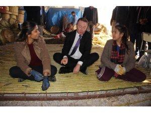 Avustralya Büyükelçisi Brown hasır ören Roman kadınlarla buluştu