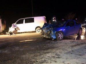 Sakarya'da panelvan araç ile otomobil çarpıştı: 9 yaralı
