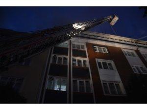Gaziosmanpaşa'da 4 katlı bir apartmanın çatısı alev alev yandı