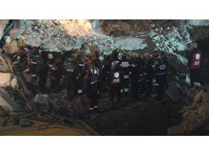 Deprem'de bir kişinin daha cansız bedenine ulaşıldı