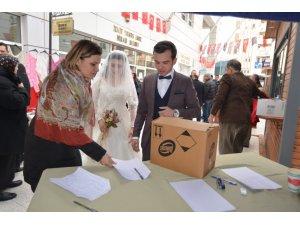 Dünya evine giren çiftler en mutlu günlerinde depremzedeleri unutmadı