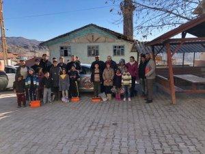 OSDEF'den köy çocuklarına mont ve bot yardımı