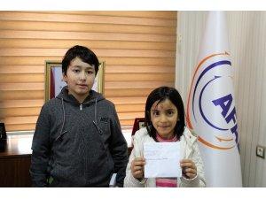 İki kardeş harçlıklarını depremzedelere bağışladı