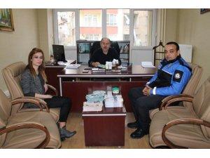 Polis ekipleri güvenli internet kullanımı için broşür dağıttı