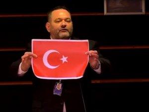 Türk bayrağını yırtan Yunan vekil hakkında soruşturma başlatıldı