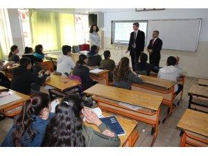 Gönüllü öğretmenler öğrencilere ders veriyor