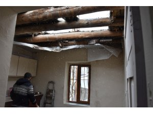 Hakkari'de yağışlardan dolayı bir evin damı çöktü