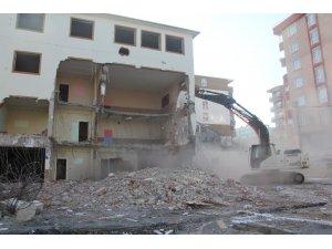 Depreme dayanıksız olduğu tespit edilen okulun yıkımına başlandı