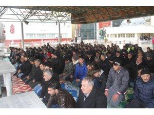 Deprem sonrası ilk Cuma namazında Elazığ'da camiler doldu, taştı