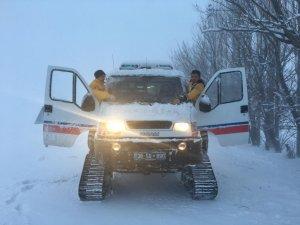 112 ekipleri yoğun kar yağışı altında hastaların çağrısına paletli ambulansla ulaştı