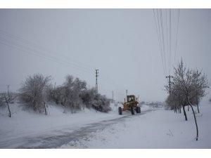 Uçhisar'da karla mücadele çalışmaları devam ediyor