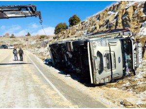Buzlanma ve kar yağışı yüzünden devrilen kamyon sabah saatlerinde kurtarıldı