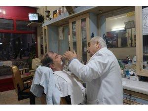 Siirtli berber müşterilerini 150 yıllık aletlerle tıraş ediyor