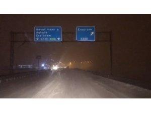 Erzurum-Horasan yolu kar ve tipi nedeniyle trafiğe kapandı