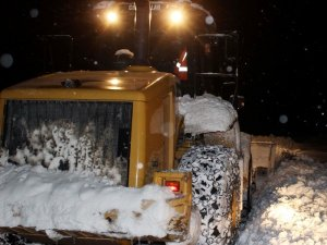 Kar yağışı ve tipi nedeniyle yolu kapanan köydeki hasta kurtarıldı