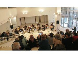 Mamak'ta kursiyerlerden gitar konseri