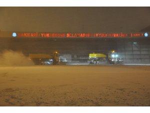 Yüksekova havalimanında yoğun tipi altında karla mücadele