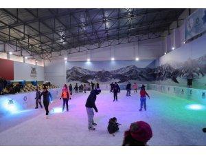Mardin'de öğrenciler yarı yıl tatilinde buz pistine akın etti