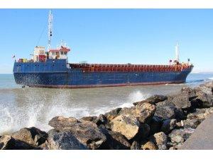 Hatay'da karaya vuran kargo gemisi bekleyişini sürdürüyor
