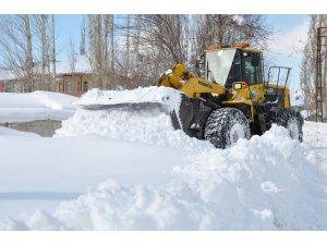 Yüksekova Belediyesinden 1 metreyi geçen karla mücadele