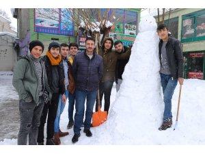 Varto'da yağan karın keyfini çocuklar ve esnaflar çıkardı