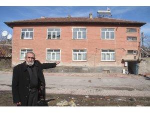 75 yaşındaki Mehmet dede, evini depremzede aileye ücretsiz verdi