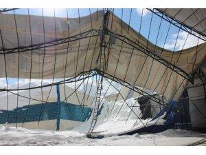 Kar ağırlığına dayanamayan halı saha tavanı çöktü