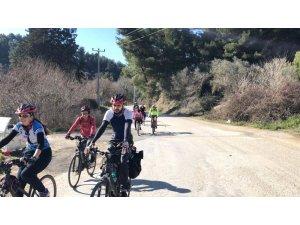 Kuşadalı bisikletçiler, bu defa barınaktaki hayvanlar için pedal çevirdi