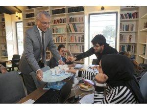 Başkan Tarhan'dan ders çalışan öğrencilere çorba servisi