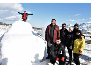 Mersin'de yerli oto TOGG'un kardan heykeli yapıldı