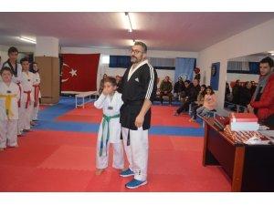 Yunan vekilin Türk bayrağını yırtması küçük sporcuyu ağlattı