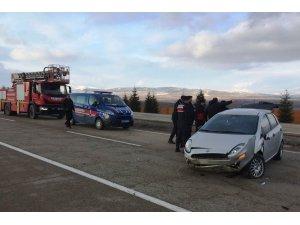 Takla atan otomobildeki bebek ve annesi yaralandı