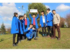 Beyaz Kalpler öğrencileri güneş enerjisiyle telefon şarj etti