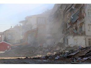Elazığ'da depremde hasar gören bina çöktü