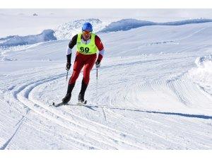 Bitlis'te 22 ilden 300 kayakçı kıyasıya yarışıyor