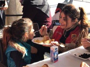 Jandarmanın kadın personellerinden depremzede çocuklara anne şefkati