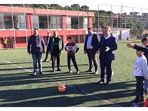 AK Partili Milletvekili Canbey, gençlerle top oynadı