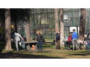 Denizli'de sıcak havayı fırsat bilen vatandaşlar parklara akın etti