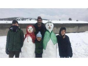 Yozgat'ta kardan gelin ve damat yapıp takı taktılar