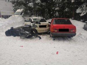 Kar motoruyla park halindeki iki otomobile çarptı: 2 yaralı