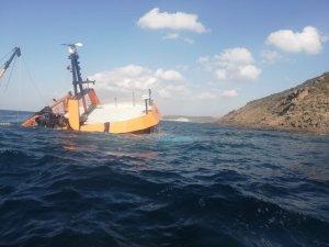 Çanakkale açıklarında karaya oturan gırgır teknesi battı