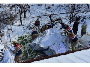 Depremzede çadırlarına Jandarma Kadın Astsubay eli
