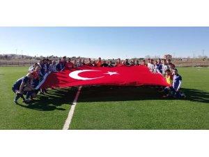 Dumlupınar'dan Yunan'lı vekile futbol sahasından bayrak mesajı